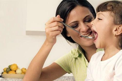 ест ребенок, с ложки, фото